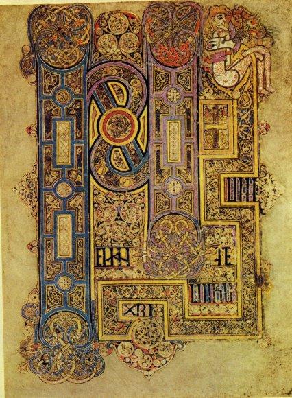 C'est l'un des exemples les plus fameux de cette densification, par l'entrelacs,le labyrinthe, les spirales. La lettre devient un monde fractal, loin de la figuration ; monde de méditation proche des mandalas. La qualité précieuse, associe l'enluminure aux broderies et orfèvreries, artsdes culturers nordiques essentiellement. L'Irlande est un monde artistique spécifique.