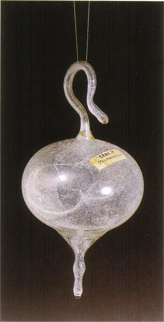 Dans cette fiole aux formes évoquant encore les tiges organiques plus ou moins phalliques, le liquide de serum physiologique a été remplacé par de l'air....