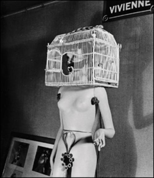 la photographie faite par Denise Bellon, la photographe surréaliste, semble être une version explicite de Why not Sneese, ou la femme enfermée est rigide-frigide, de marbre.