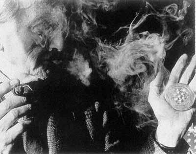 Duchamp envoie à son tour, le gaz sur les orifices du bouche-évier, recto verso....tout son programme.