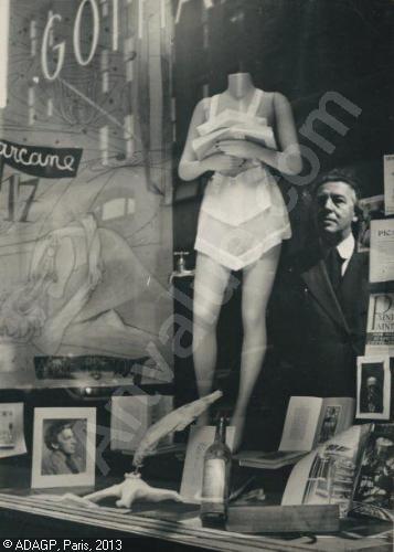 cette photo de Marcel Duchamp, faite pour la galerie Arcane, est un véritable programme, avec transparence-vitrine, bouteilles, regardeur( André Breton), mariée mise à nu, etc....