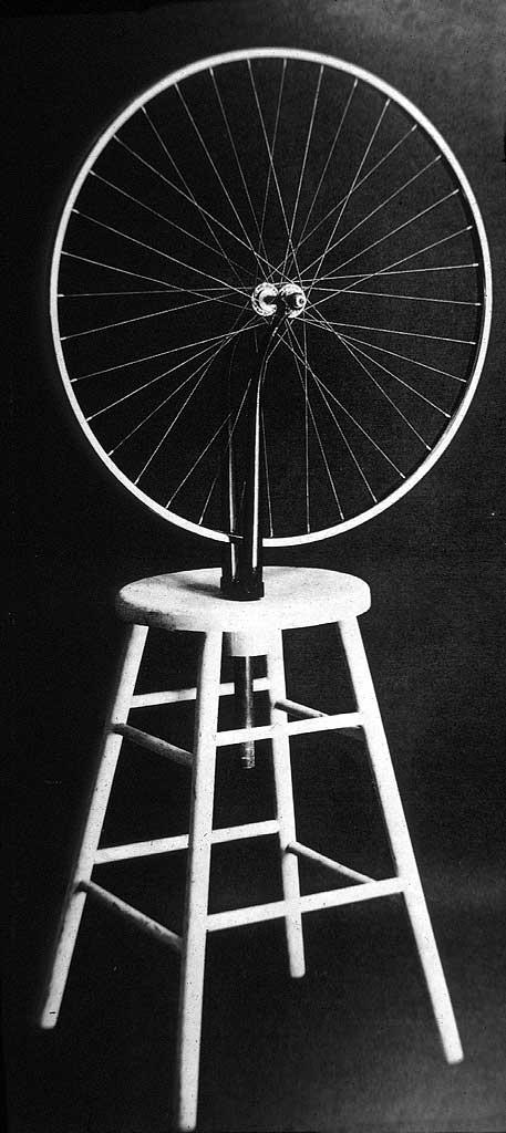 la roue comme figure solaire ou optique, iris et pupille....les points de contacts ; le passage du tabouret horizontal au centre vertical et aérien des rayons par l'intermédiaire de 2 points.....toute une logique, un champ sémantique.