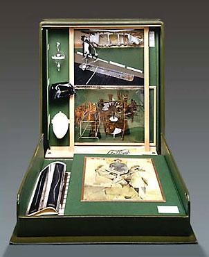 Dans ses musées portables, Duchamp est explicite quant à son rapport à toutes les pratiques d'expression plastiques.