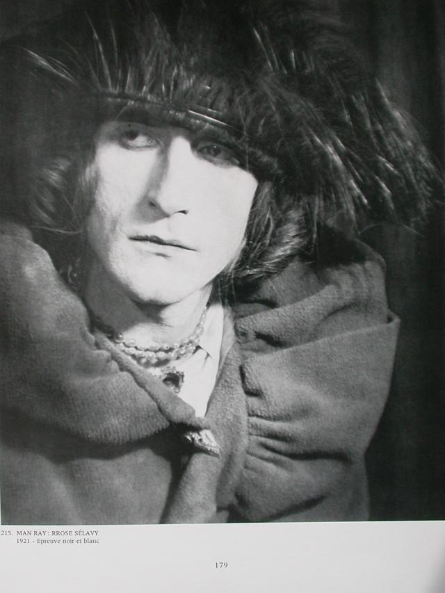 Duchamp en Rrose Sélavy, être regardé comme autre que soi, par autrui......