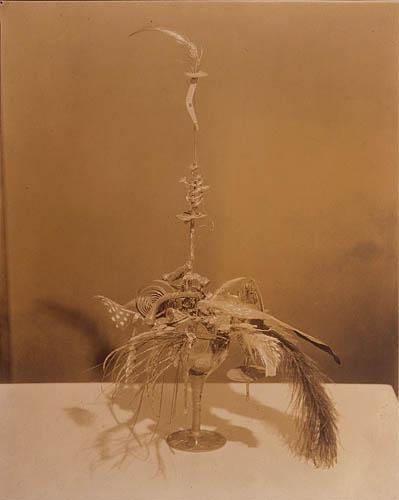 portriat de Duchamp par la baroness Esavon Freytag ...Duchamp suspendu et aérien fait de fils et ficelles en mouvement..elle avait tout compris!