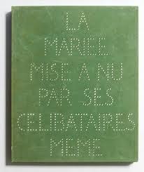 Sur la couverture de la Boîte verte, texte, trous, points, surfaces et lignes sont en évidence ; au revers, une grande lettre M, inversée pour Mariée et Marcel.