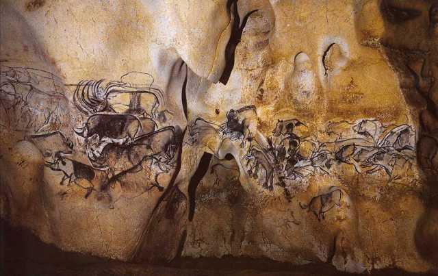Grotte Chauvet, animaux se déplaçant ; superposés et vifs, sur un support modelé et accidenté. Enfoui mais visité à plusieurs reprises, donc connu.
