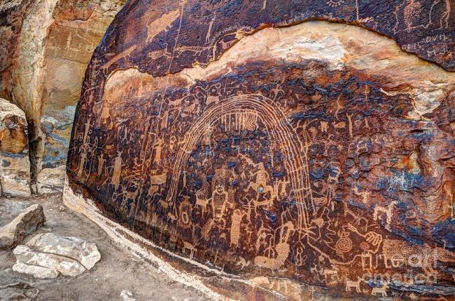 Pétroglyphes gravés dans l' Utah ; vraisemblables récits de saga, de mythes naissants d'un groupe ou d'une nation, s'écartant du naturalisme.