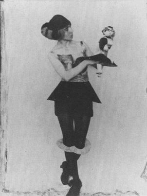 Hannah Hoch, comme Sophie Tauber et Sonia Delaunay, entre autres, travaillent sur le costume, le stéréotype de la poupée..La liberté dadaïste est explorée par un grand nombre d'artistes femmes, se dégageant des contraintes normatives de la culture occidentale.