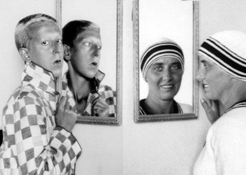 sublime double autoportrait de Claude Cahun (LucySchwob) et de Marcelle Moore ( Suzanne Malherbe). Croisement des regards, miroirs en angle, jeux de graphisme ; la phootographie comme moyen d'exploration des apparences, des doubles et rflets. La qu^te d'identité est un thème récurrent au début du 20eme siècle.