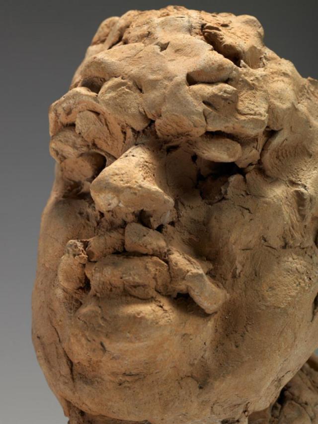 Rodin, étude pour la tête de Balzac ; cette trogne de boue séchée exprime parfaitement le geste premier de Rodin, qu'il tient à préserver et instituer avec autant de soin que les épreuves finales.