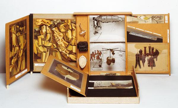 Duchamp, l'une de ses boîtes valise, musée portatif...oeuvre ouverte,synthèse, bilan, catalogue, ressource, dépôt des pièces diverses et fragments d'une oeuvre continue