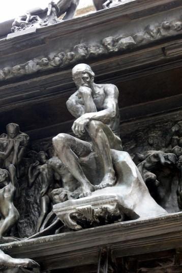 le penseur, en place sur la porte de l'enfer, replié sur lui même, crée son espace et ses jeux d'ombres intimes ; Ugolin, Adam partagent ce type de disposition.