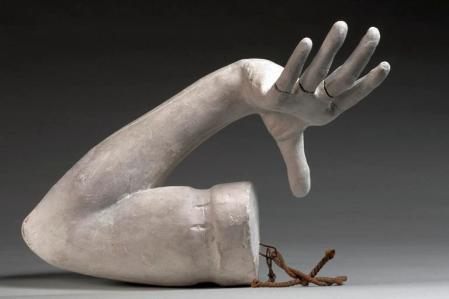 Pour Rodin, selon la tradition, chaque partie est elle même un ensemble de parties articulées, assemblées et peut donc constituer une otalité, comme cebras ainsi que tousles fragments d'antique, qu(il collectionne.