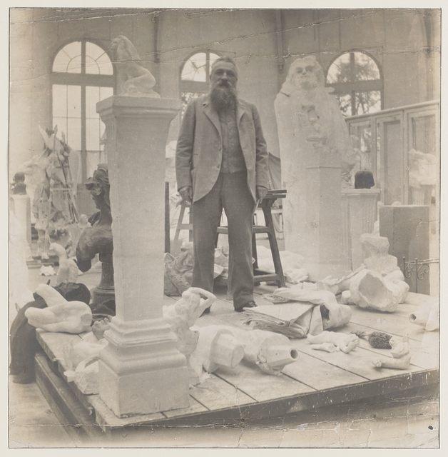 Rodin faisant corps avec ses productions ; figé et assemblé à elles par la photographie,empreinte lumineuse.