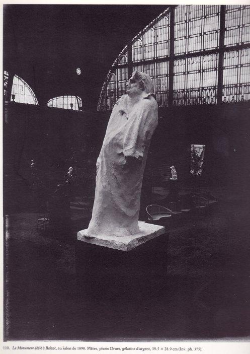 Rodin, Balzac, au salon, plâtre, 1898. La sculpture monumentale a cependant comme finalité d'occuper un espace réel, public et d'être donc associée à l'architecture, de par ses proportions et sa situation. Ici, même de façon provisoire, au salon, une épreuve de plâtre, éprouve ce rapport.