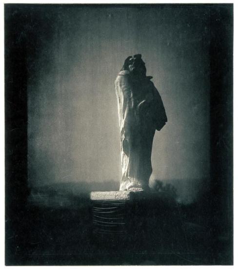 Photo remarquable de Steichen, pour Rodin, magnifiant clairement la dimension monumentale du Balzac ( épreuve en plâtre). La photo, permet de révéler la diversité des accroches de la lumière par la sculpture, selon les heures, le climat etc..rencontre heureuse pérennisée.