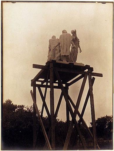 Essai de disposition en hauteur des Bourgeois...Monumentalisation architecturale du groupe..On voit qu'il y a interrogation de Rodin à chaque étape de la création.1912