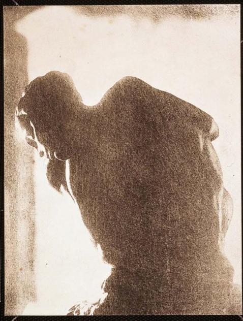 La femme accroupie, photo de Pannelier ; usage lyrique et dramatisant de la lumière, fixée par le photographe, pour Rodin, dans son atelier. Avant les marbres et les bronzes, les photos fixent des étapes des recherches de Rodin, jusque dans la mise en scène.