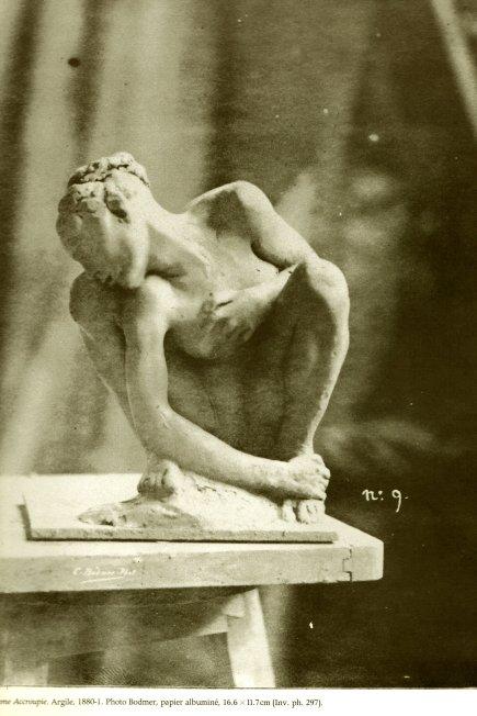 Epreuve en plâtre, dans l'atelier en 1880 de la même femme accroupie, ici plus vive que dans sa version de bronze. Lumières et matières transforment la vision. Fragilité, au bord du socle/sellette.