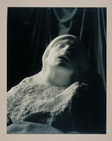un assemblage éphémère, fixé par un cliché photographique, combinant une ombre et la méditation..
