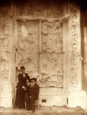 La porte de l'enfer, en version inachevée, présentée par Rodin avec des manques, sera son oeuvre totale, intégrant quasiment toutes les pièces singulières . Ajoutées, enlevées, réassemblées.
