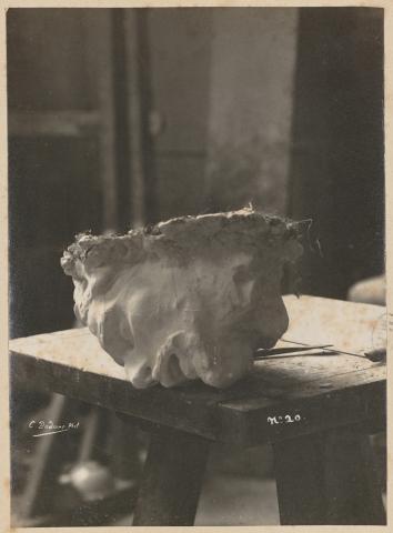 Rodin, tête ( masque) de J. Baptiste, photographiée ( figée) dans une mise en scène puissante et cohérente, qui instaure ce fragment/étude comme oeuvre achevée, grâce à la photographie.